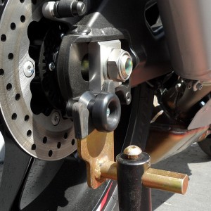 yamaha-yzf-r1-15-16-swingarm-sliders-black-2